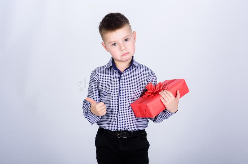 Employ? de magasin Enfance heureux F?te d'anniversaire Achats Lendemain de No?l An neuf petit garçon avec le cadeau de valentines photo stock
