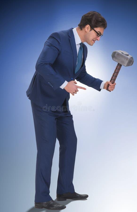 Employ? mena?ant de mauvais patron f?ch? avec le marteau photographie stock