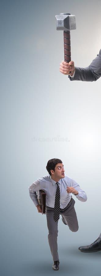 Employ? mena?ant de mauvais patron f?ch? avec le marteau photo stock