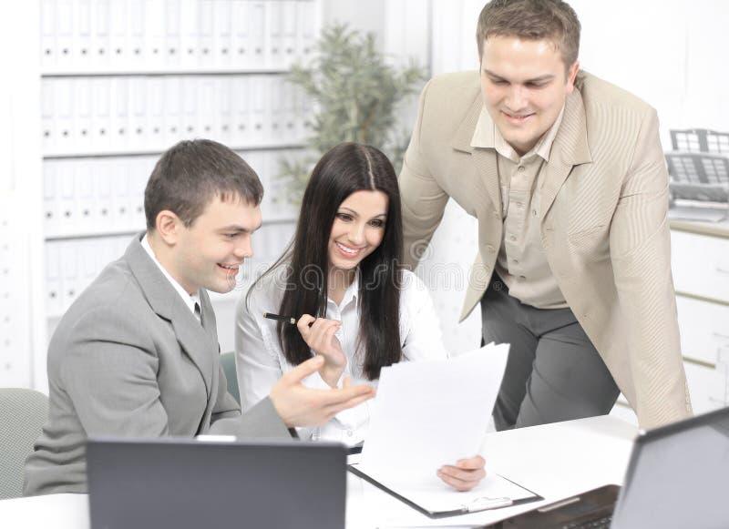 Employ?s de bureau discutant des documents dans le bureau photo libre de droits