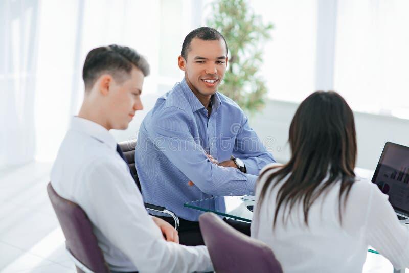 Employ?s discutant de nouvelles id?es dans le lieu de travail photos libres de droits