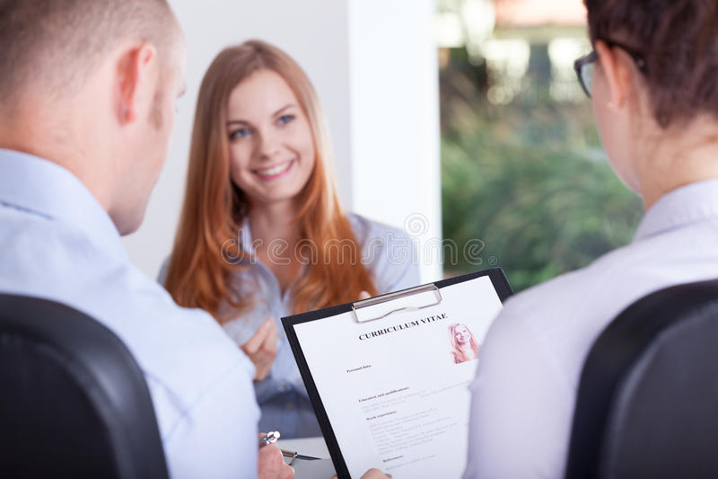 Employeurs faisant une entrevue images stock