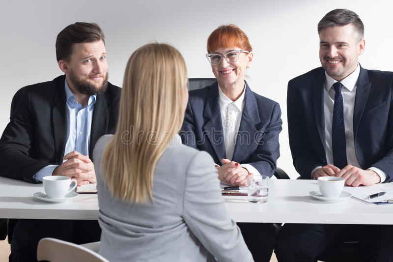 Employeurs heureux du nouveau joli demandeur photographie stock libre de droits