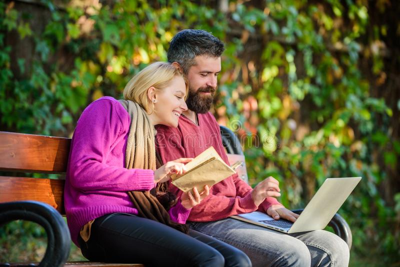 Employez l'approche numérique aussi bien que des livres L'homme et la femme emploient le stockage de l'information différent Les  photographie stock
