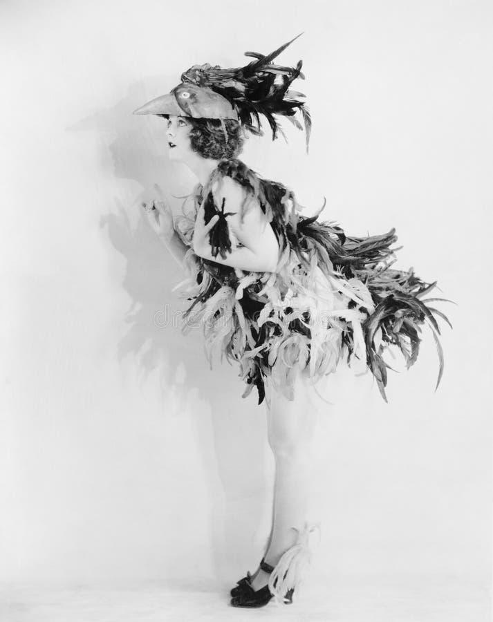 Empluman a la mujer joven vestida como un pájaro todo para arriba y ningún lugar para ir (todas las personas representadas no son fotografía de archivo libre de regalías