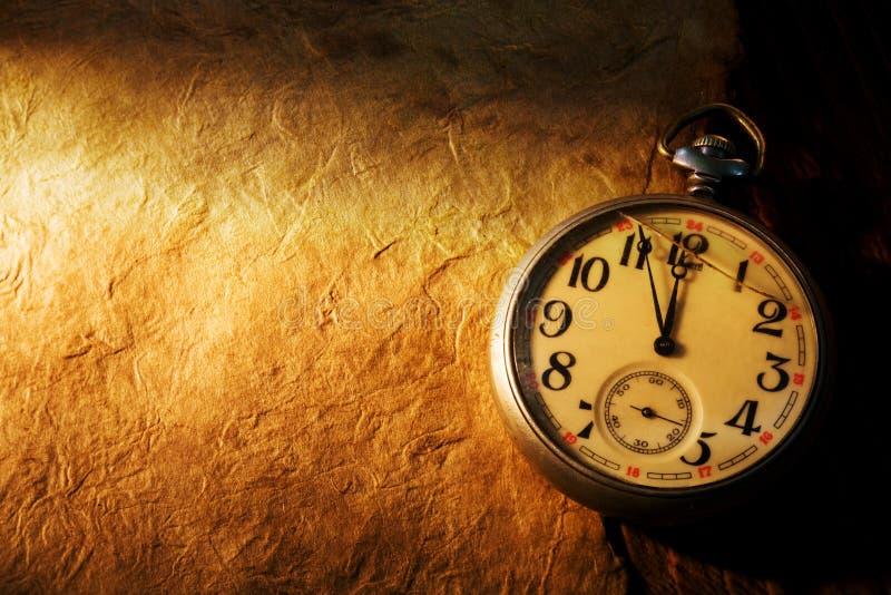 Empochez l'horloge sur le vieux papier photo libre de droits