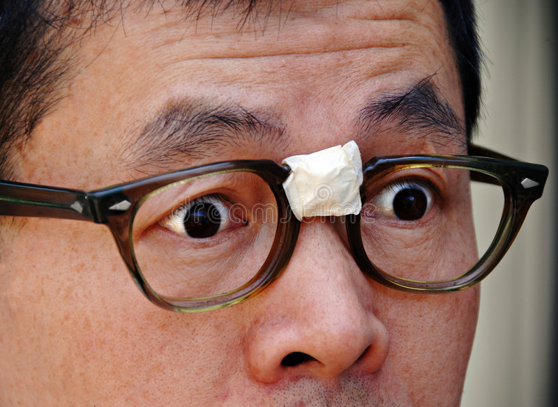 Empollón asiático sorprendido en vidrios fotos de archivo libres de regalías