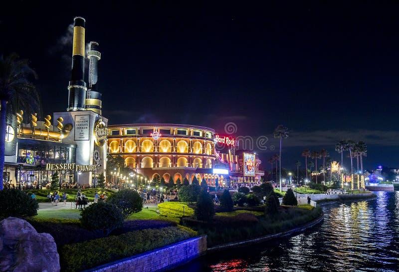 Emporium и Hard Rock Cafe шоколада Thoothsome на всеобщем CitiWalk вечером стоковое фото rf