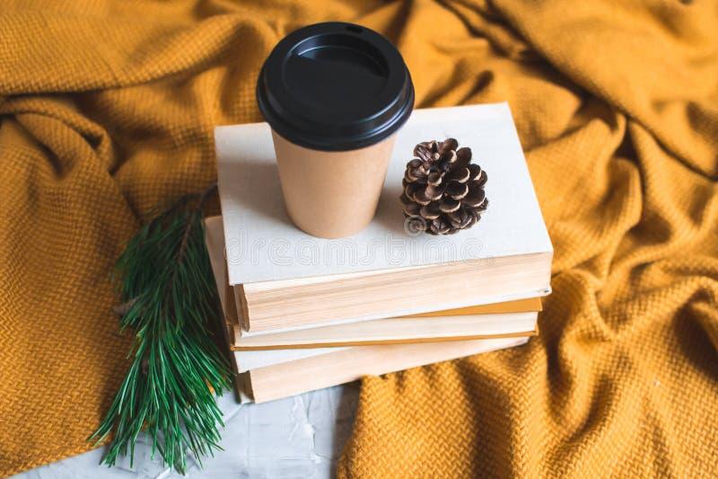 Emportez la dépense de lecture de temps libre de fond de repos d'horaire d'hiver de livre de tasse de café photos stock