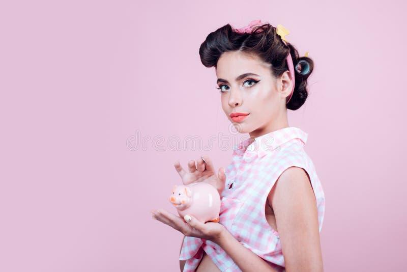 empréstimo Dinheiro Dona de casa pino acima da mulher com composição na moda Menina bonita no estilo do vintage Mulher retro com  fotos de stock royalty free