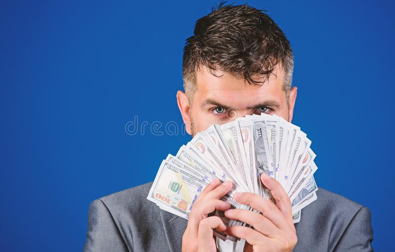 Empréstimos de dinheiro fáceis O homem de negócios obteve o dinheiro do dinheiro Conceito da riqueza e do bem estar Obtenha o din fotografia de stock