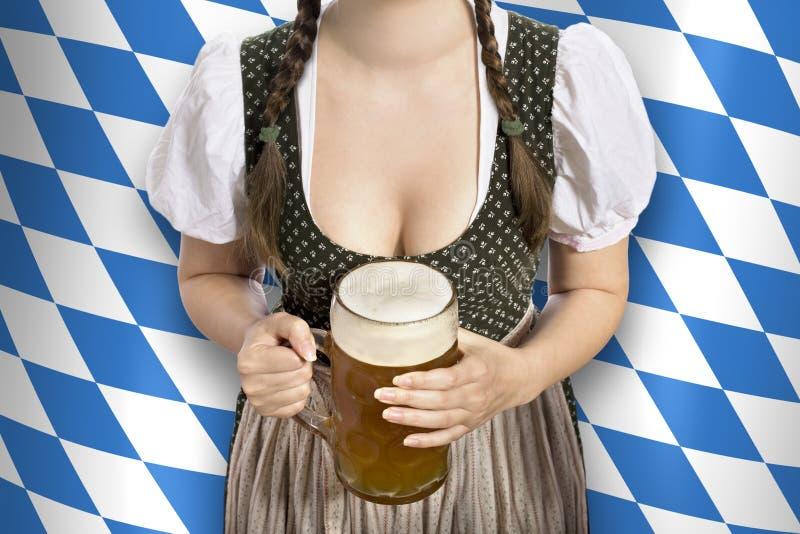 Empregada de mesa bávara Oktoberfest imagem de stock
