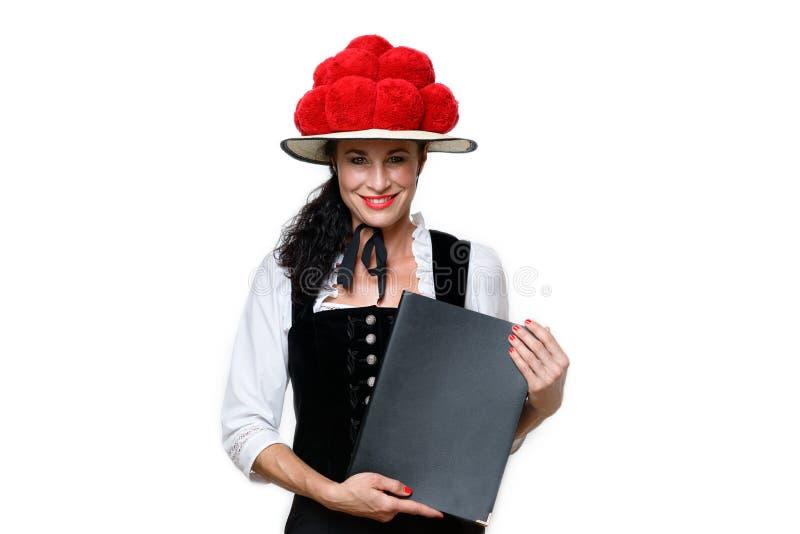 Empregada de mesa bonita da Floresta Negra que veste um Bollenhut foto de stock royalty free