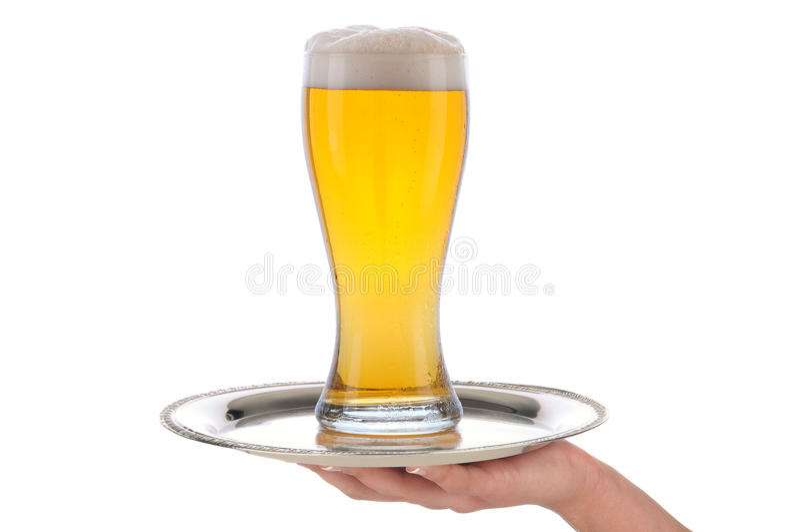 Empregada de mesa com vidro de cerveja na bandeja foto de stock royalty free