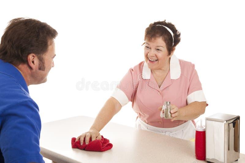 Empregada de mesa no comensal foto de stock
