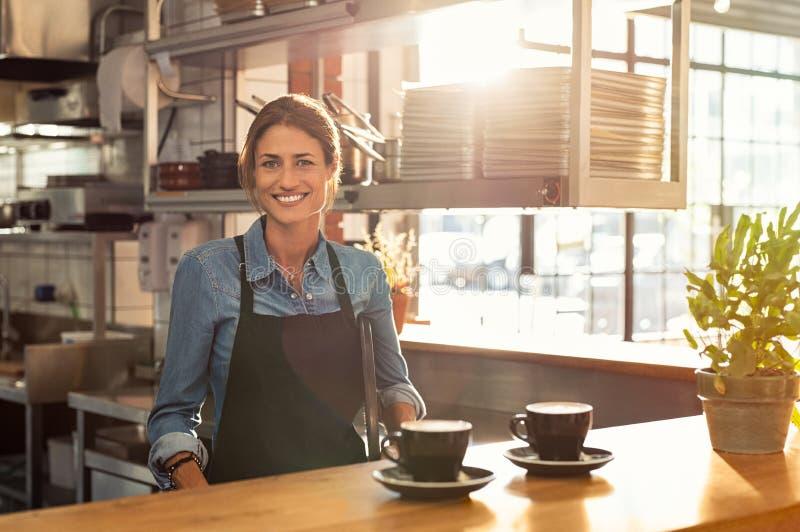 Empregada de mesa no contador do café fotografia de stock royalty free