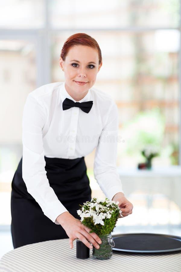 Empregada de mesa no restaurante fotos de stock