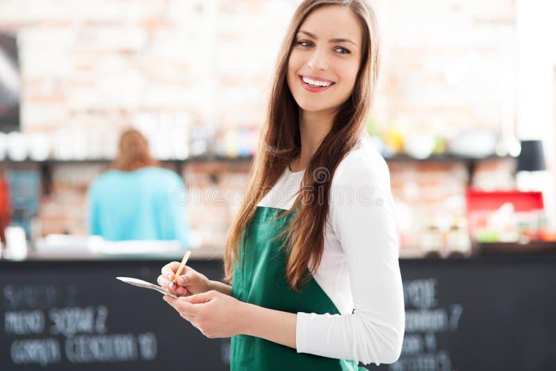 Retrato Da Empregada De Mesa No Café Fotos de Stock