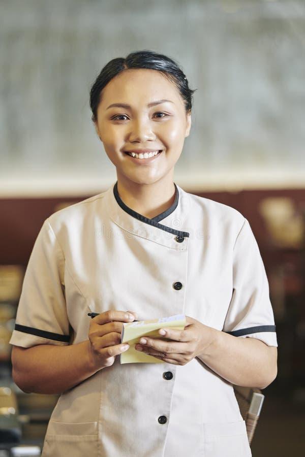 Empregada de mesa que escreve a ordem fotografia de stock