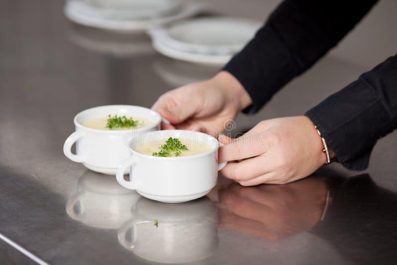 Empregada de mesa que guarda a sopa imagem de stock