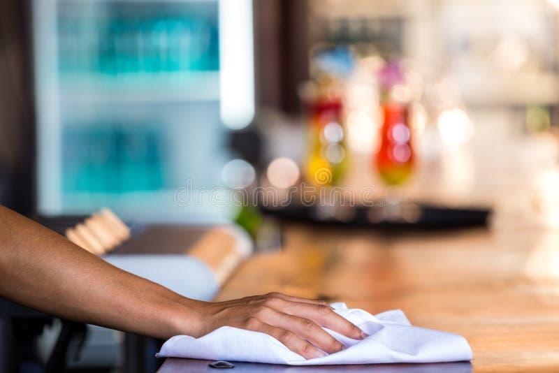 Empregada de mesa que limpa o contador foto de stock royalty free