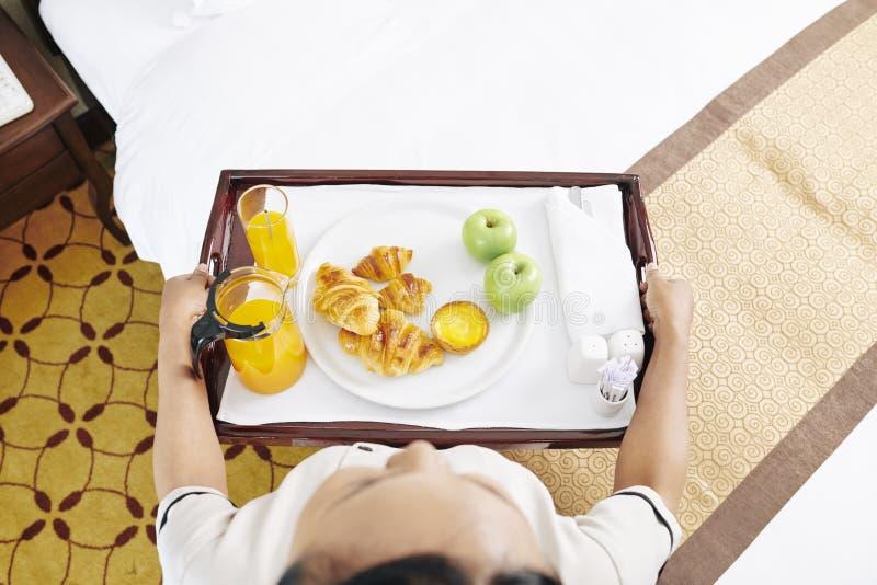 Empregada de mesa que serve o café da manhã imagem de stock