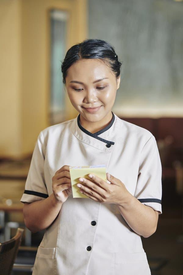 Empregada de mesa que toma a ordem fotografia de stock