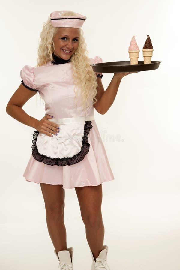 Empregada de mesa retro com gelado fotos de stock royalty free