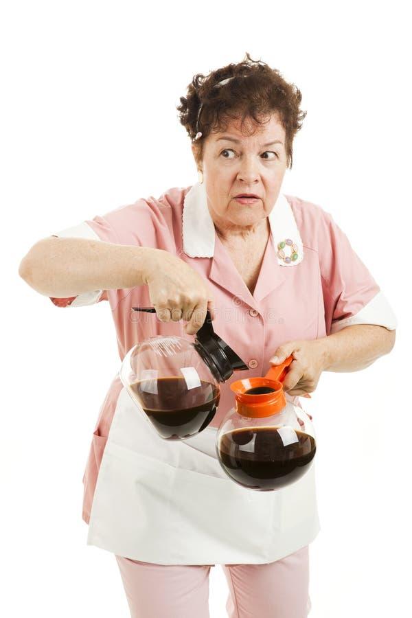 A empregada de mesa Sneaky comuta o café fotos de stock
