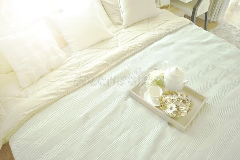 Empregada doméstica-acima da cama com os descansos e as folhas de cama brancos limpos no ro luxuoso fotos de stock