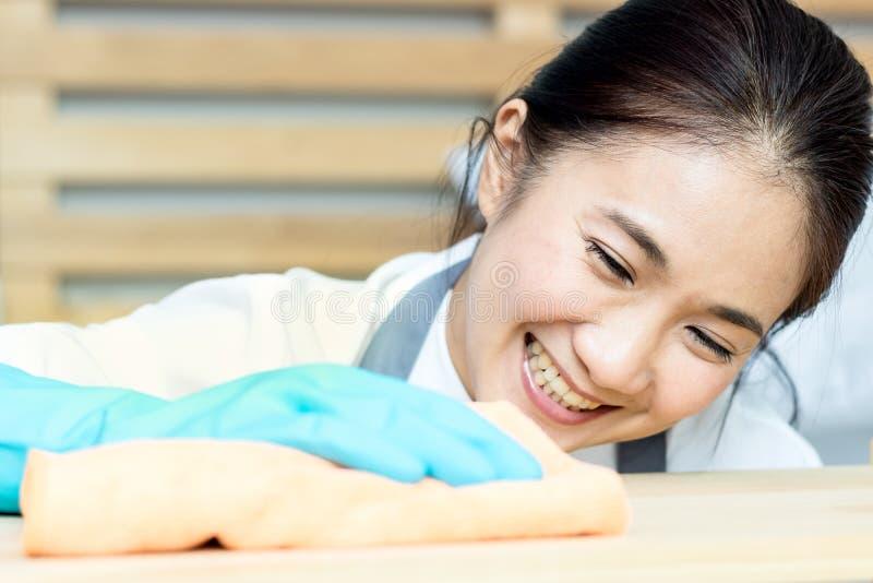 Empregada doméstica asiática das mulheres imagem de stock