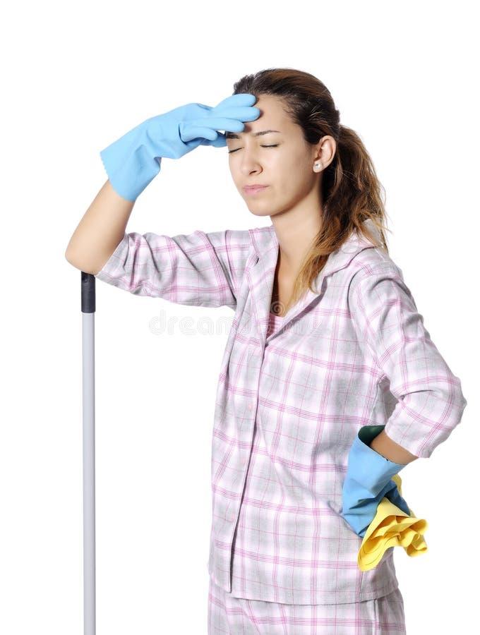 Empregada doméstica bonito com fontes de limpeza imagem de stock royalty free