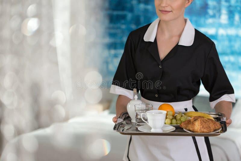Empregada doméstica com a bandeja com fruto fotografia de stock