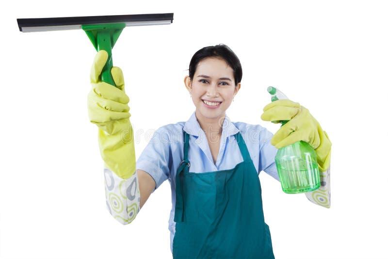 Empregada doméstica com ferramentas da limpeza foto de stock royalty free
