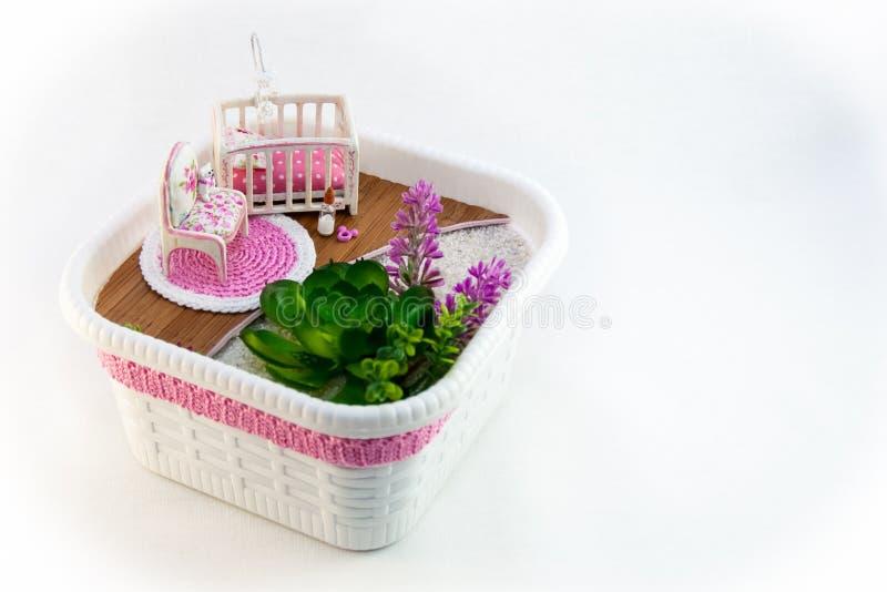 Empregada doméstica da mão, uma sala do brinquedo do rosa do passatempo com um berço para o bebê fotos de stock royalty free