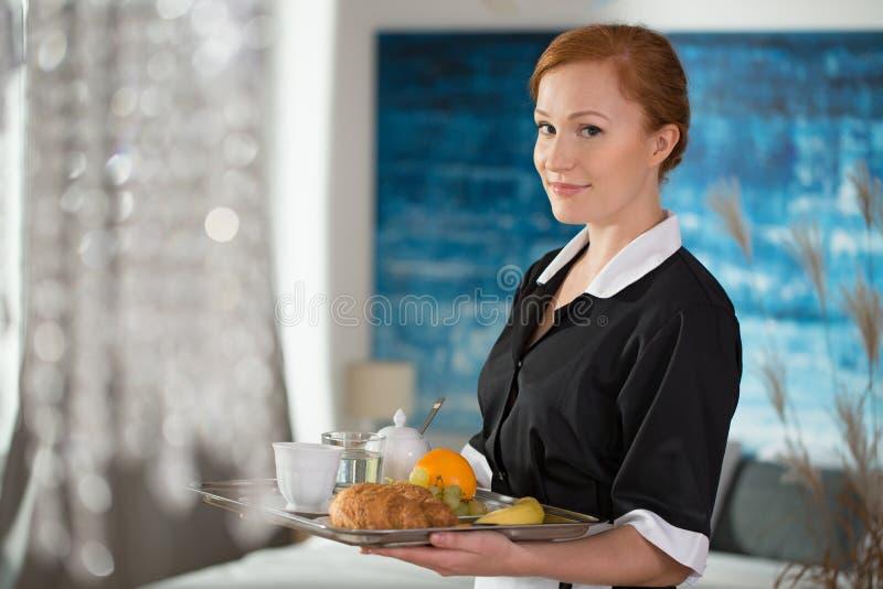 Empregada doméstica de sorriso do serviço de sala imagem de stock