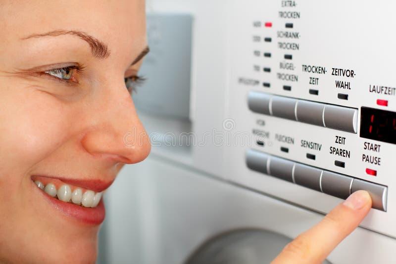 Empregada doméstica feliz que faz a lavanderia fotos de stock