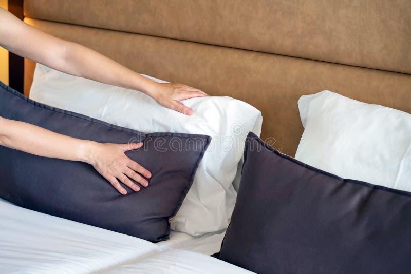 Empregada doméstica Making Bed fotos de stock royalty free