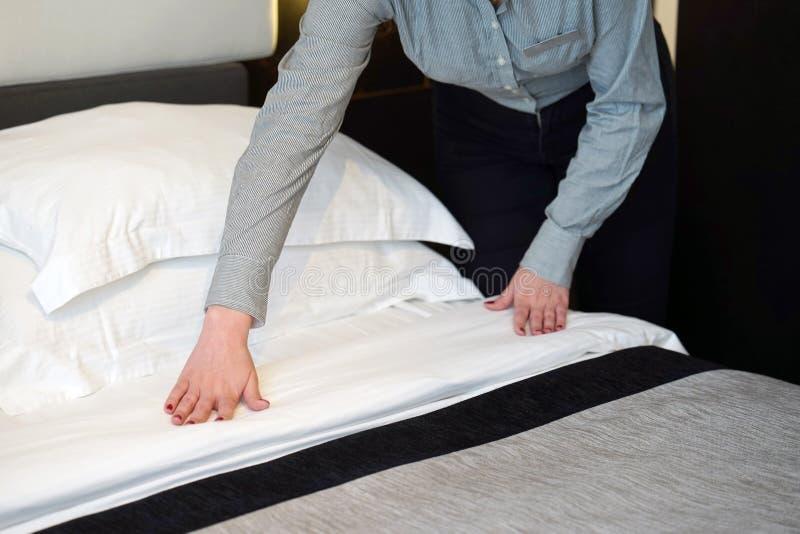 Empregada doméstica Making Bed imagem de stock royalty free