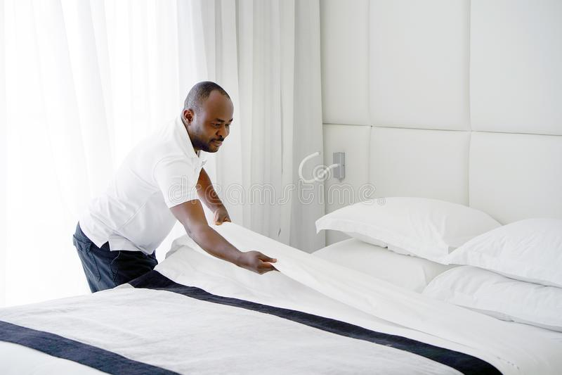 Empregada doméstica Making Bed fotografia de stock royalty free