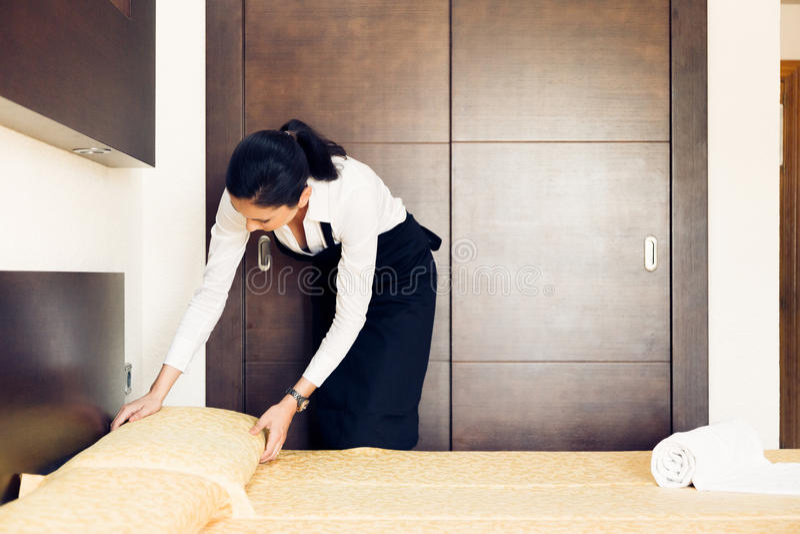 Empregada doméstica Making uma sala de hotel fotos de stock