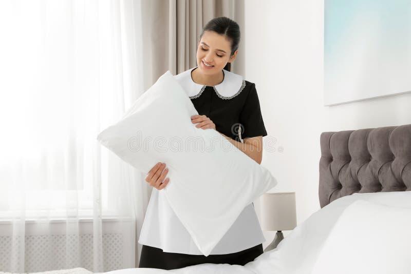 Empregada doméstica nova que faz a cama i fotos de stock royalty free