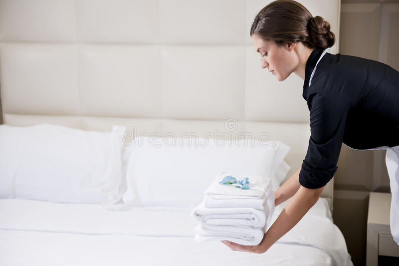 Empregada doméstica que faz a cama imagem de stock