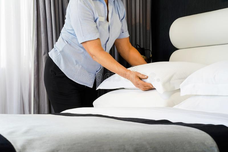 Empregada dom?stica Making Bed fotos de stock royalty free