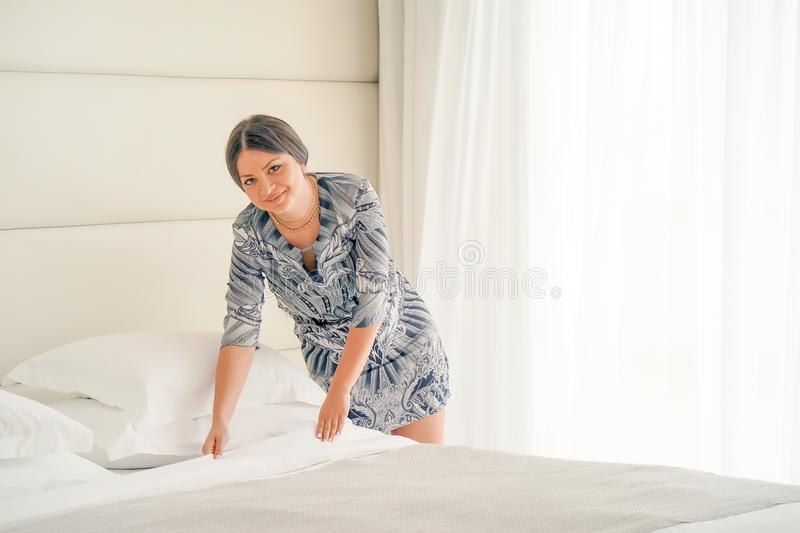 Empregada dom?stica Making Bed imagem de stock royalty free