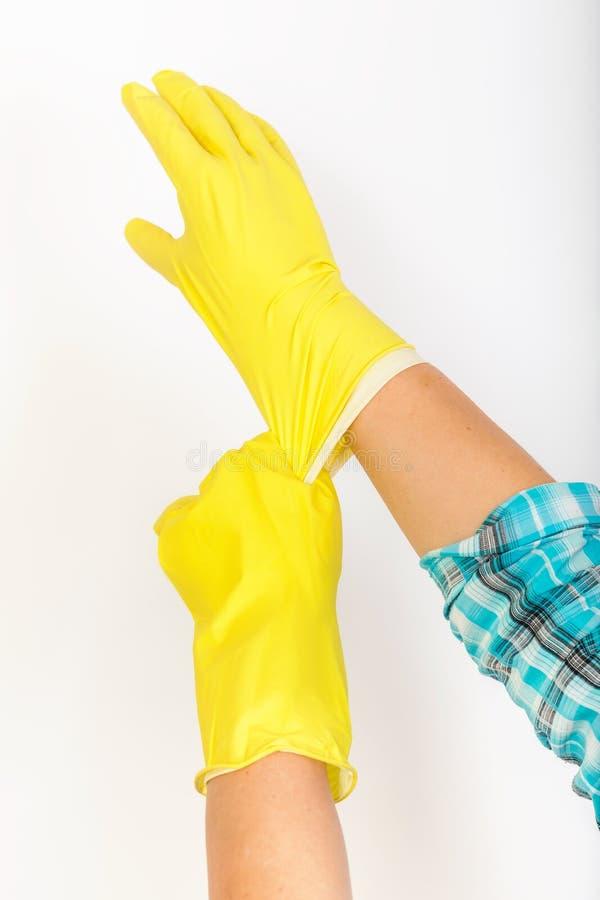 A empregada veste luvas de borracha amarelas fotografia de stock royalty free