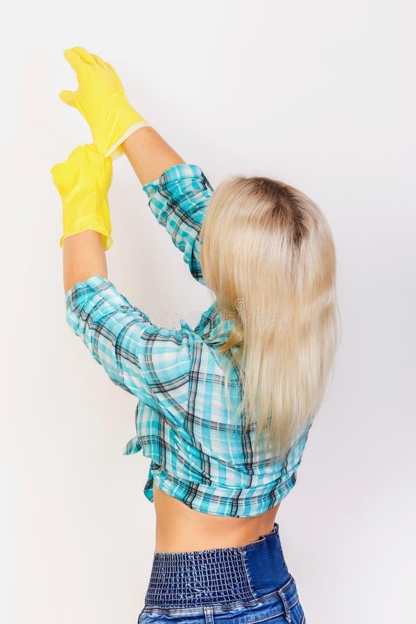 A empregada veste luvas de borracha amarelas imagens de stock