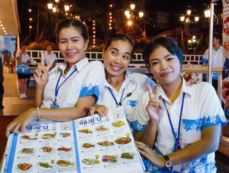 Download Empregadas De Mesa Das Meninas No Restaurante Do Marisco Na Noite Imagem Editorial - Imagem de tailândia, partido: 65575960