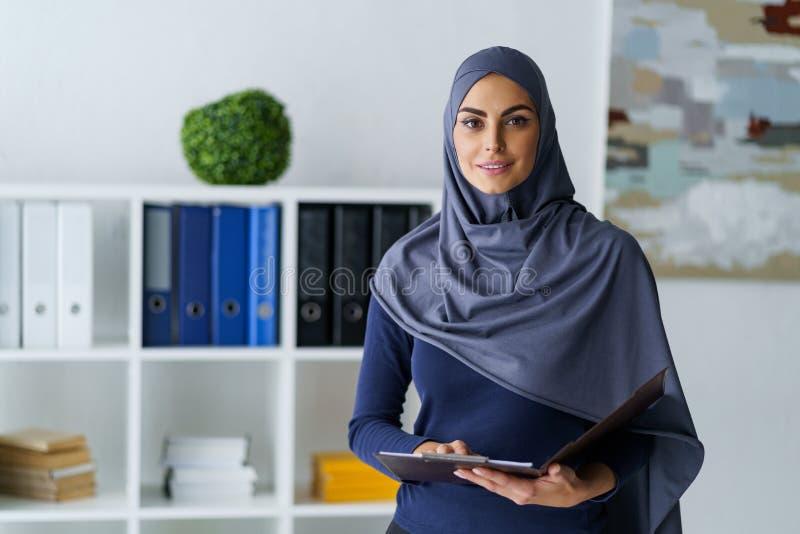 Empregado árabe bonito fotos de stock royalty free