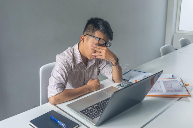 Empregado asiático novo para sentir cansado e frustrante com trabalho fotos de stock
